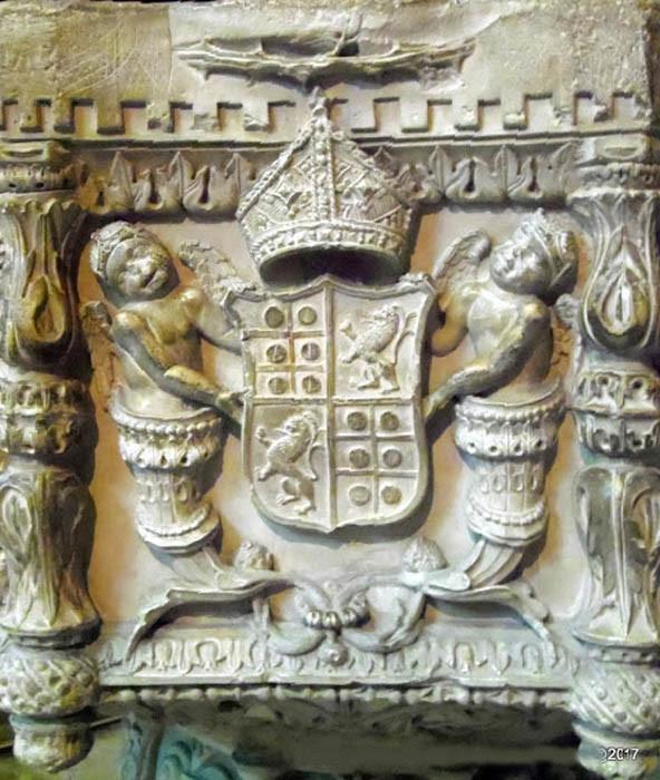 Armas de D. Jorge de Almeida na Pia Batismal mitra