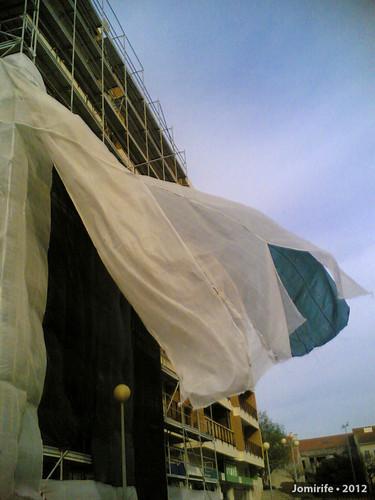 Rede de um prédio em obras parece uma bandeira