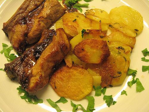 Costelas de porco no forno com batatas coradas