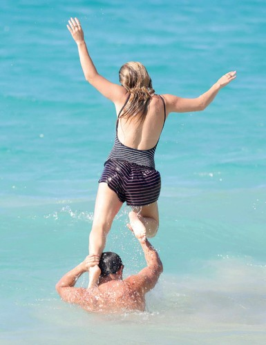 Billie-Lourd-and-Taylor-Lautner-on-the-beach--11.j