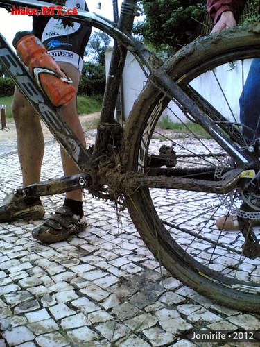 XCO MaiorBTTca - Bike cheia de lama, ervas e páus