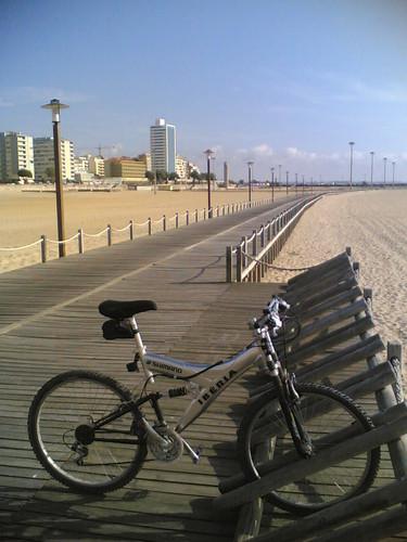 Parque para bicicletas no meio da praia