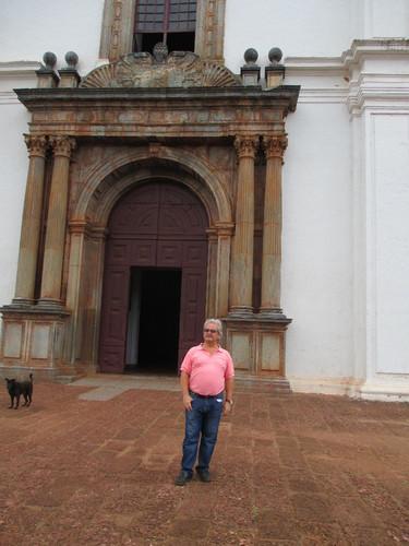 Henrique à porta da Sé de Goa.JPG