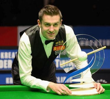 German_Masters_2015_champion_Mark_Selby_with_troph