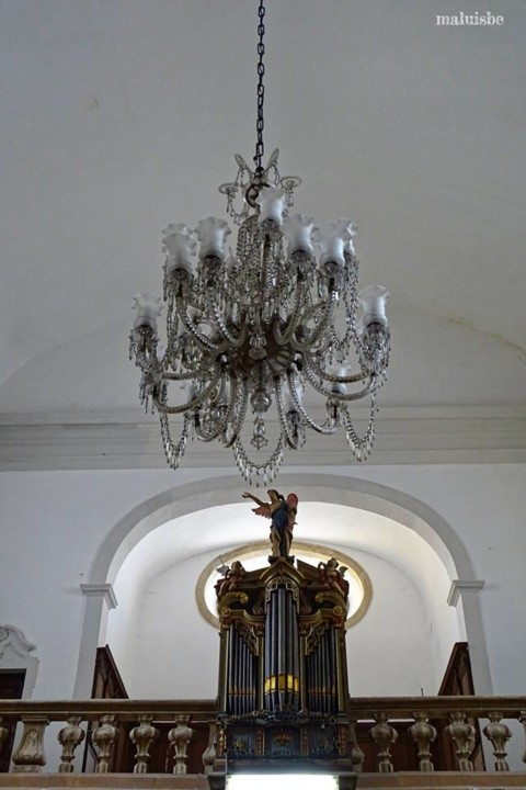 Igreja de S. Bartolomeu. lustre  e órgão.jpg