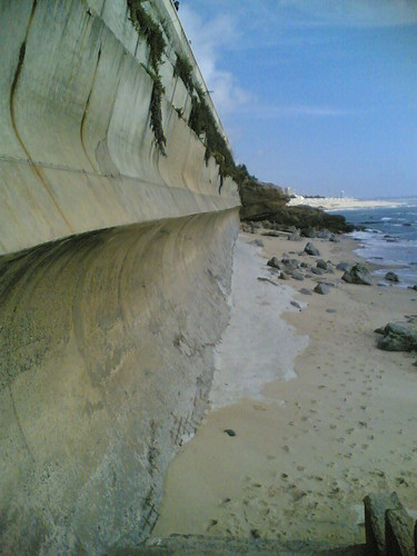 Estrutura de betão que impede o mar de arrancar a