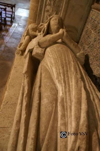 Estátua jazente do túmulo de D. Vataça.jpg