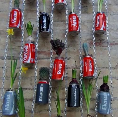 jardim vertical latas:Um jardim vertical com latas de refrigerante – Decoração e Ideias
