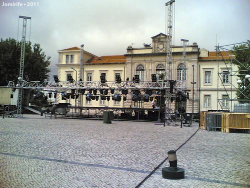 A montarem um palco em frente da Câmara Municipal