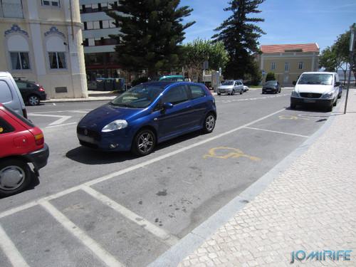 Carro estacionado impede o acesso ao lugar para deficientes
