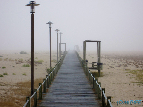 Figueira da Foz ao inicio do dia com nevoeiro - Passadeira para a praia (1) [en] Figueira da Foz in the morning with fog - Walkway on the beach