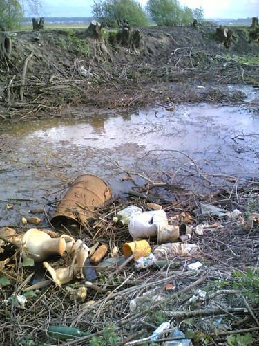 Crime Ambiental! Lixo, pneus, latões, óleo...