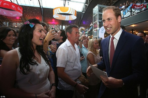 William fez aparição surpresa na festa de agradecimento a todos os
