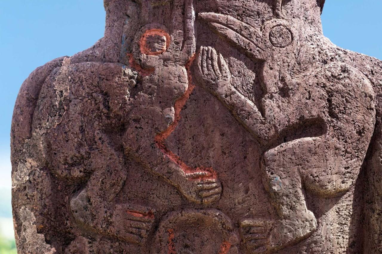 Imagens esculpidas dos homens pássaro