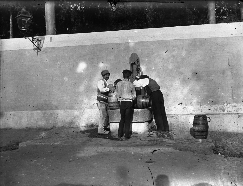 Aguadeiros num chafariz, sd, foto de João Goulart