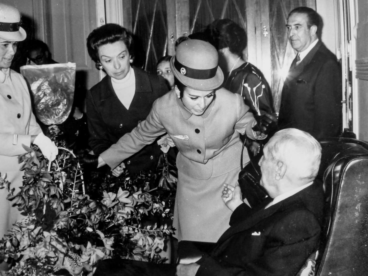 As Assistentes de Bordo Teresa Inácio e M.ª  José Azevedo oferecem flores da Madeira ao Presidente Salazar, 28/IV/1970