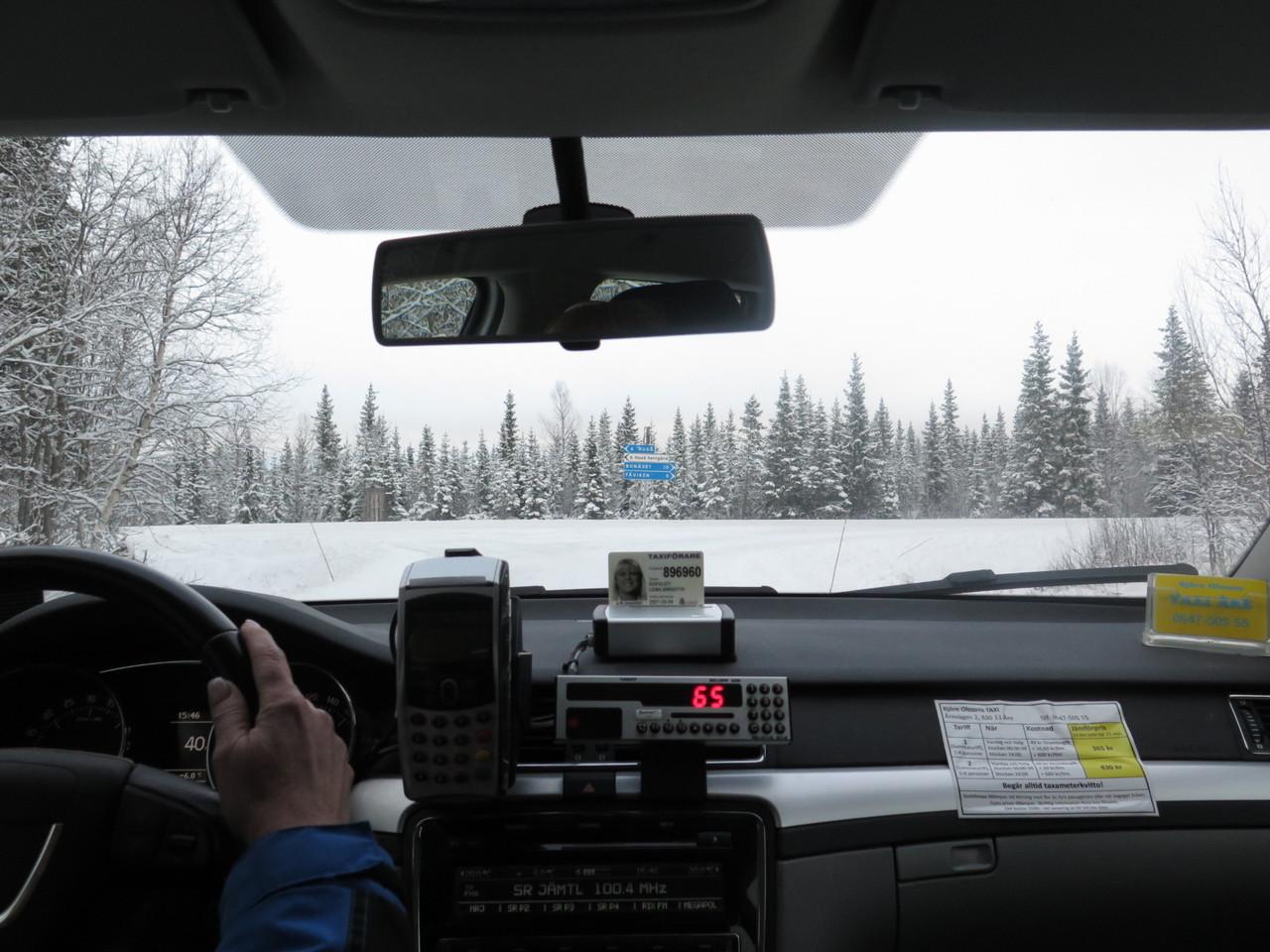No táxi, atravessando a montanha nevada…