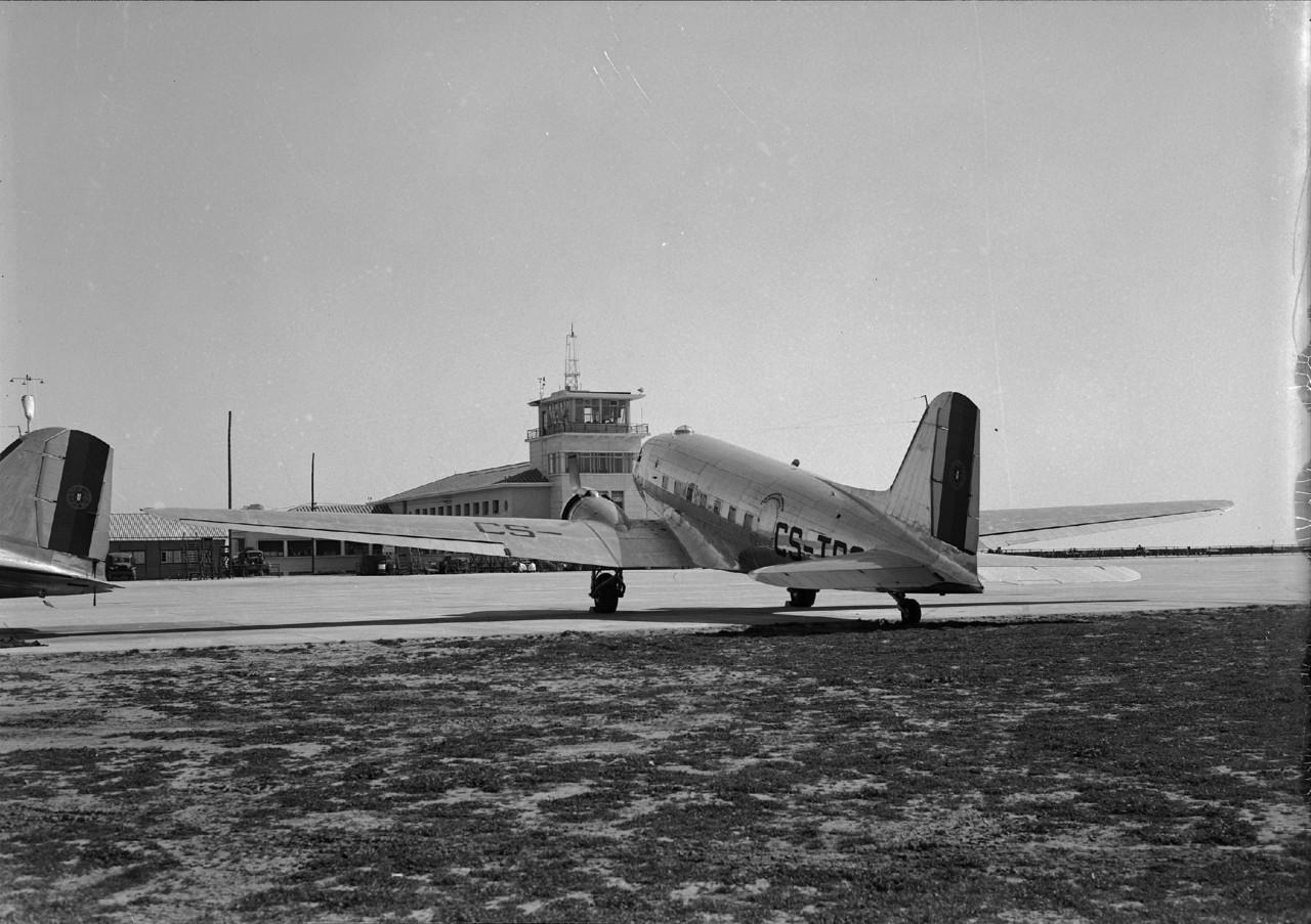 Dakota CS-TDC (?) dos T.A.P. estacionado no aeroporto da Portela, Lisboa (M. de Novaes, c. 1946)