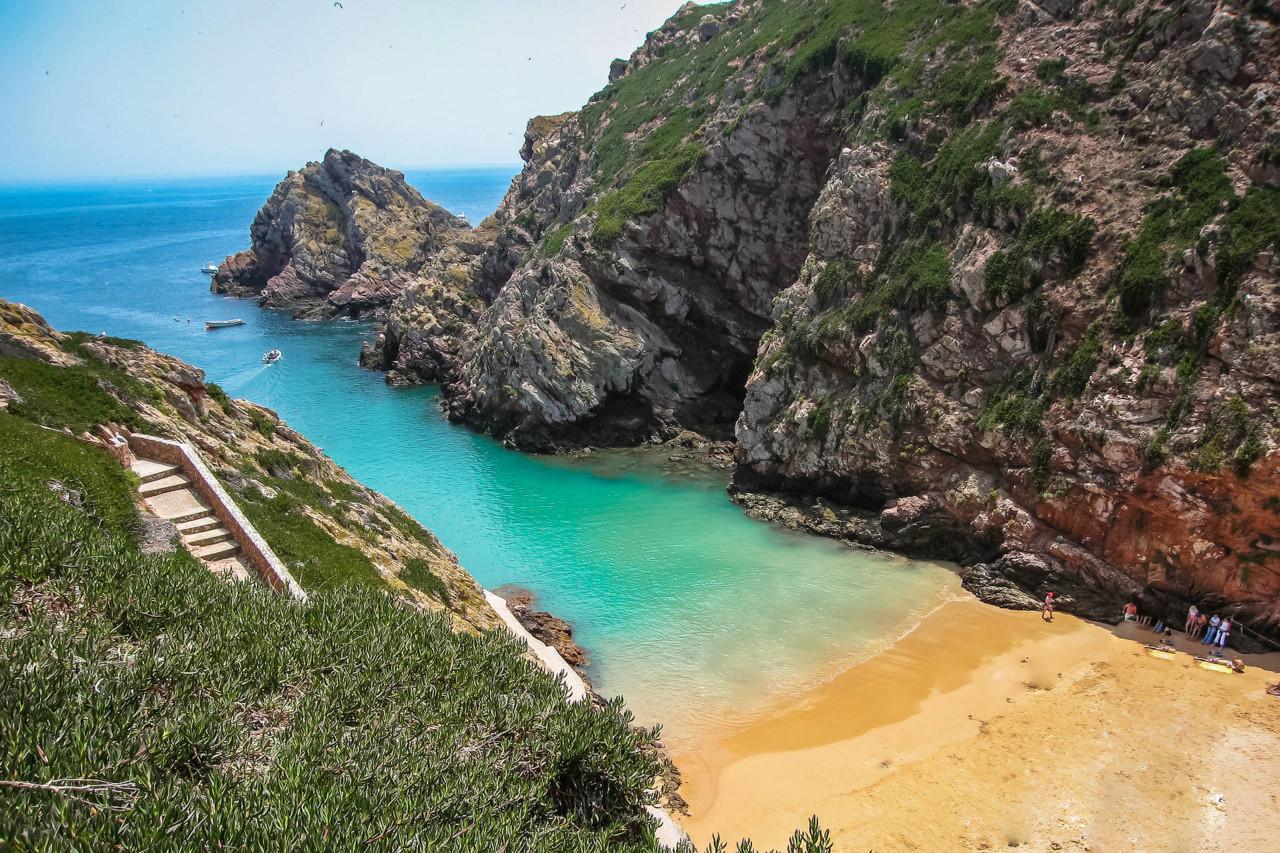 Praia-do-Carreiro-do-Mosteiro-na-ilha-da-Berlenga.