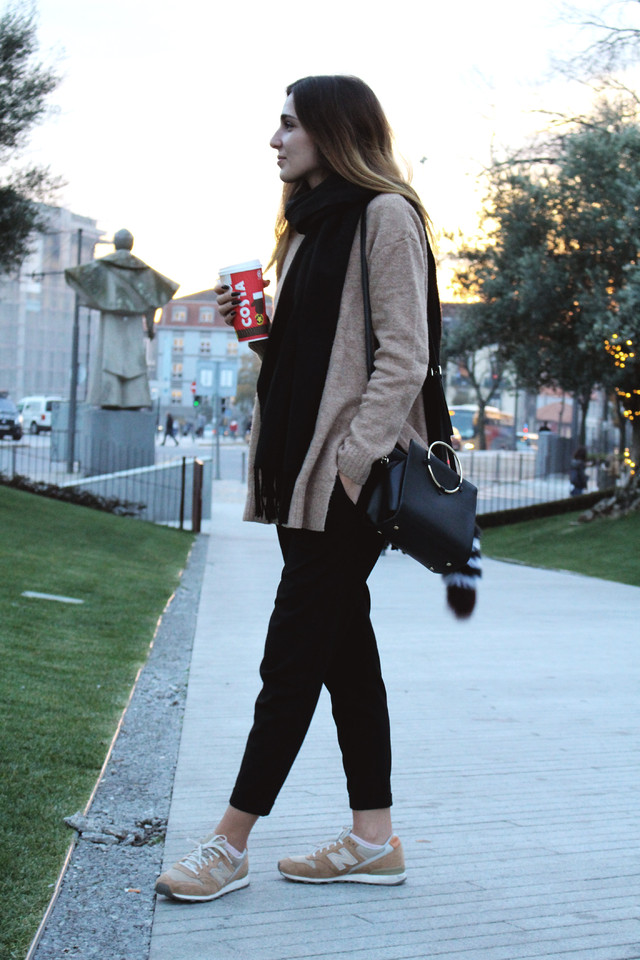blog look street fashion walk ina blogger sweater weather trend