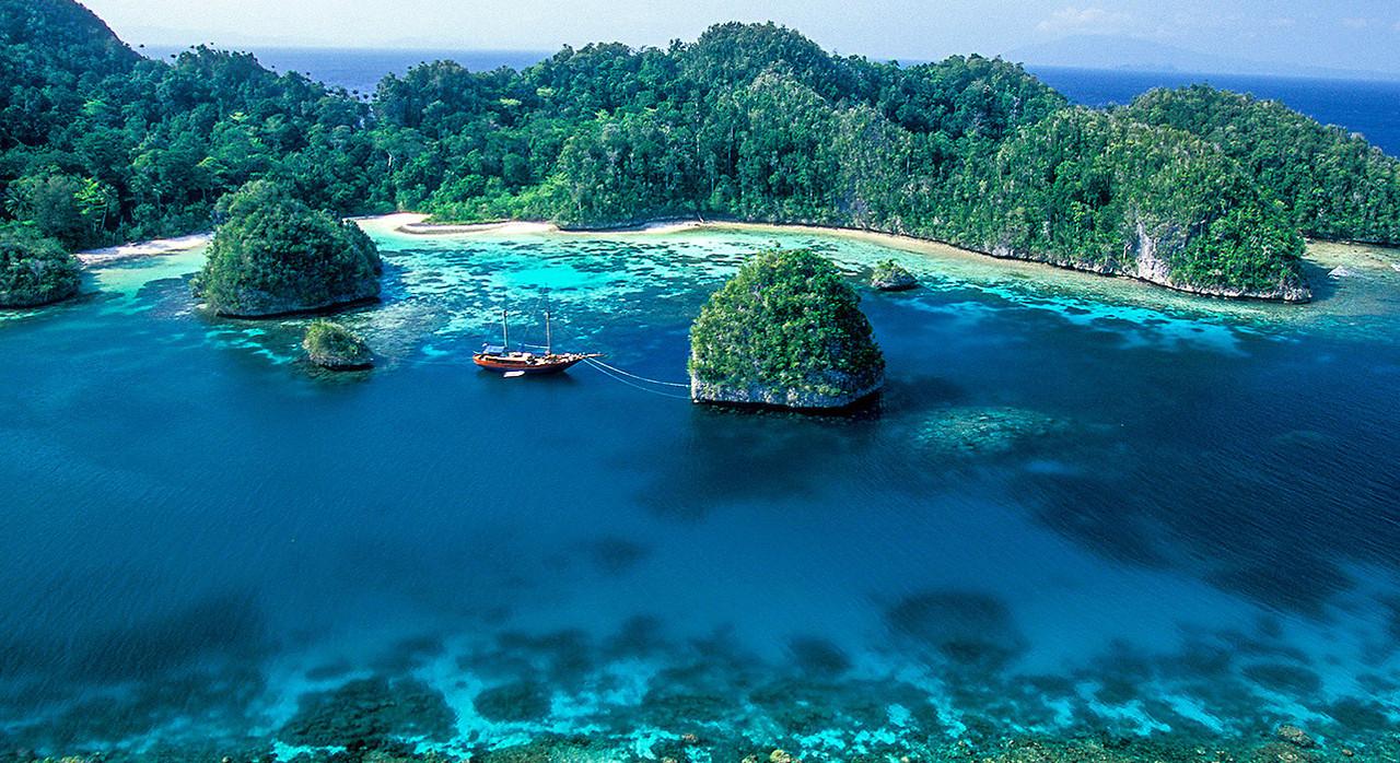 1-slide-indonesia-raja-ampat-sail-boat-pano.jpg