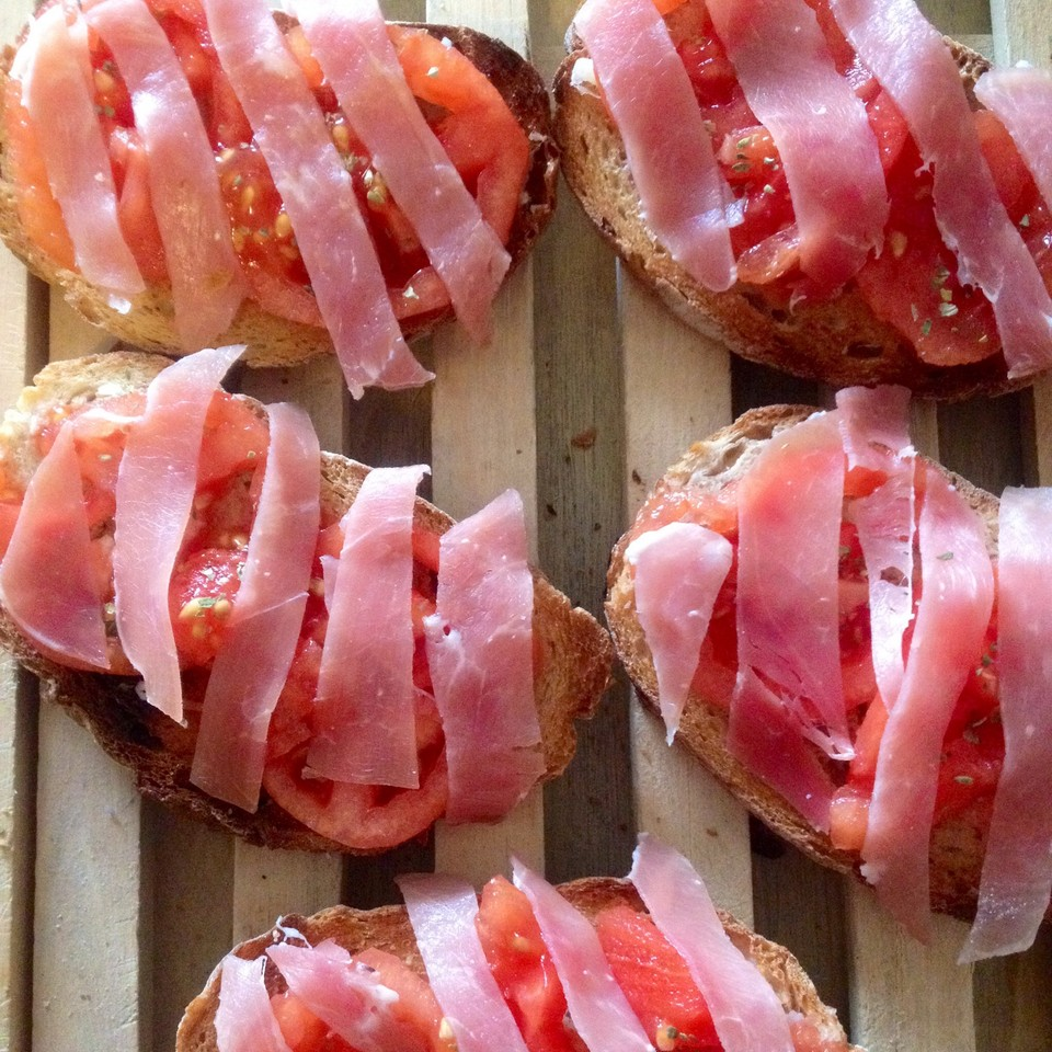 Pão com tomate e presunto