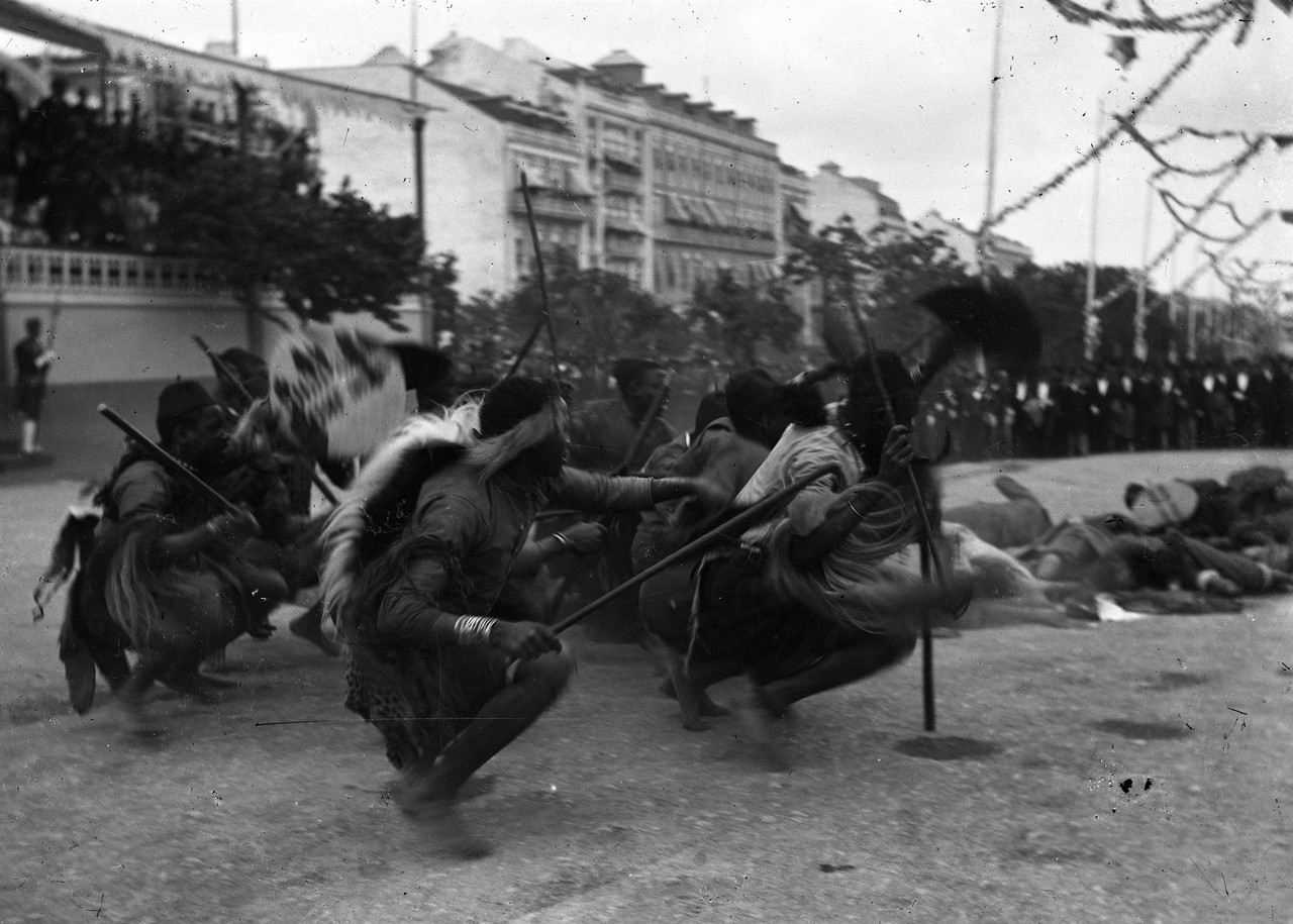 O cortejo na Avenida, 1898, foto de L.jpg