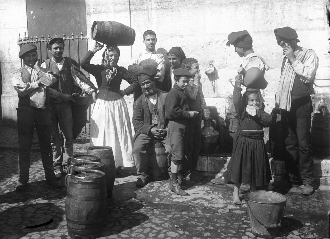 Aguadeiros no chafariz de Dentro, 1907, foto de Jo
