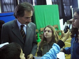 Tito de Morais, founder of the MiudosSegurosNa.Net Project, is interviewd by a group of students from the Escola Básica 1, 2 António José de Ávila school, at Horta, Faial, Azores, after an Internet safety awareness event promoted by local child protection authorities in April 2008.