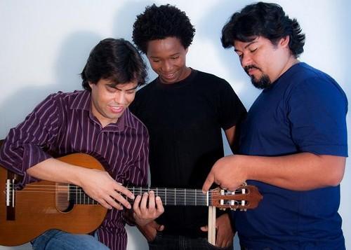A pose descontraída do Victor Castro Trio...
