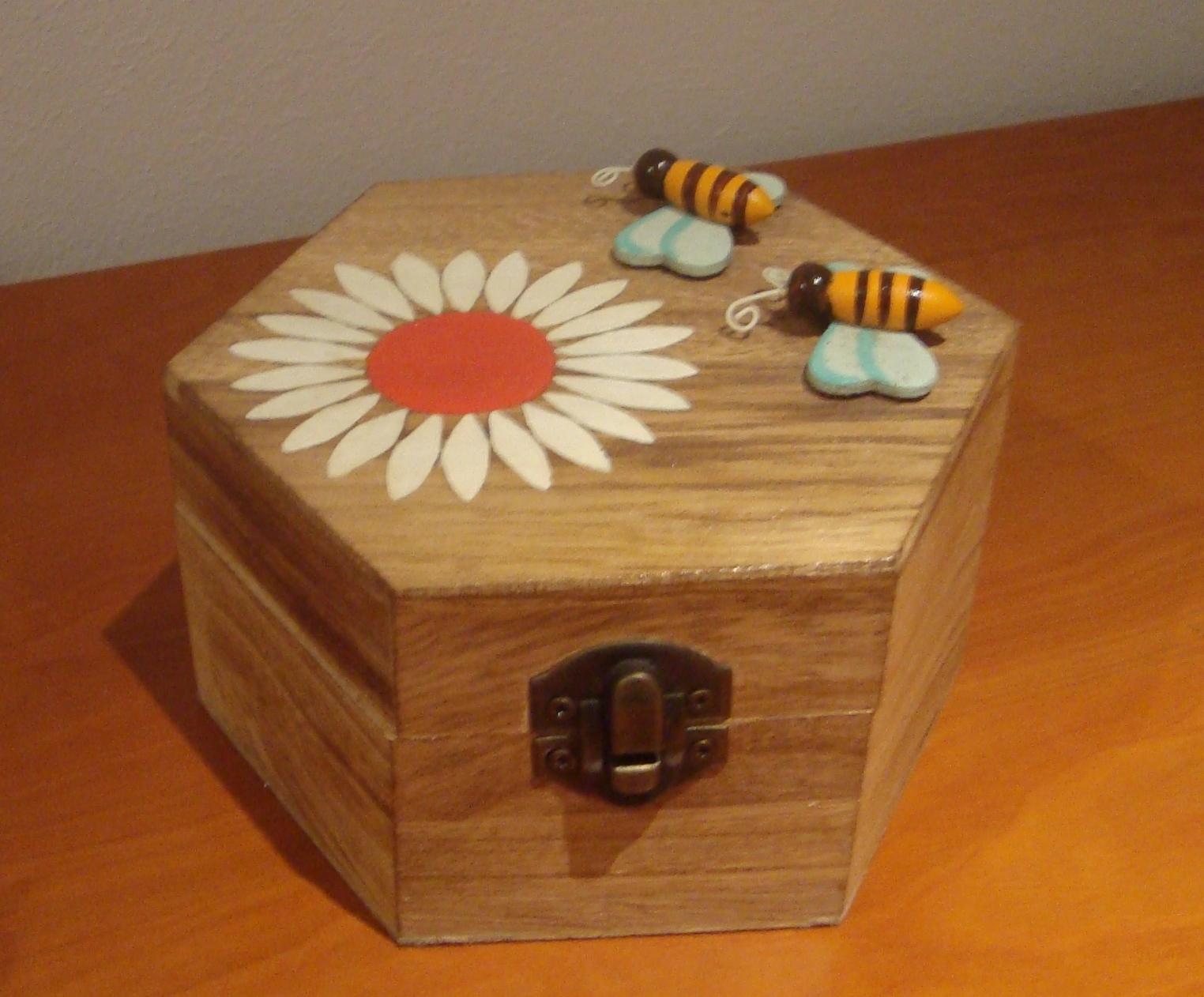 caixa em madeira pintada á mão com apliques de abelhas #7E3C16 1524x1262