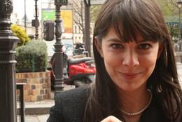 Chama-se Joana Nobre. Vive no Porto. É licenciada em Ciências Farmacêuticas e tem uma Pós-graduação em Dermofarmácia e Cosmética. - 7047577_9KyLs