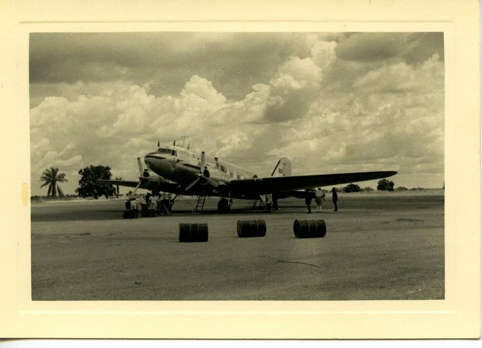 Reabastecimento de DC-3, Libreville, 1950 (Esp. Cte. Amado da Cunha, col. Ant.º Fernandes)